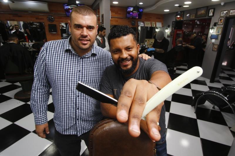 Lucas Siqueira (e) e Jader Lewis, da barbearia La Mafia, contam com oito unidades e devem lançar mais cinco